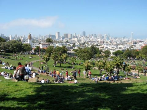 Memorial Day Picnic at Delores Park. What a perfect weather on this side of the hill... and fun crowds abound.